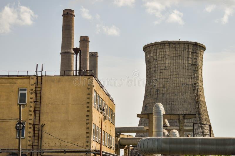 Widok stara elektrownia z dużymi betonowymi pami Spadać chemiczny komunistyczny przemysł zdjęcia royalty free