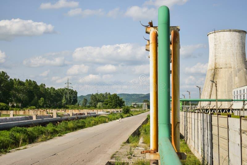 Widok stara elektrownia z dużymi betonowymi pami Spadać chemiczny komunistyczny przemysł zdjęcie stock
