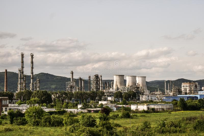 Widok stara elektrownia z dużymi betonowymi pami Spadać chemiczny komunistyczny przemysł obraz stock