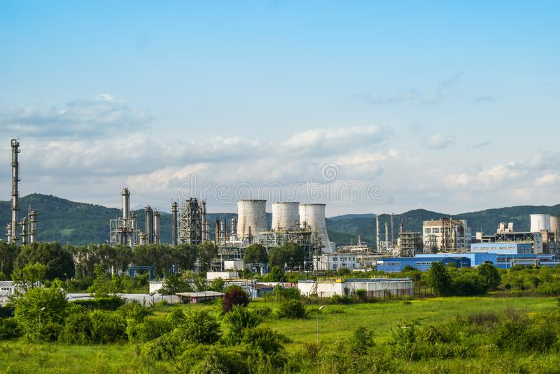 Widok stara elektrownia z dużymi betonowymi pami Spadać chemiczny komunistyczny przemysł fotografia stock