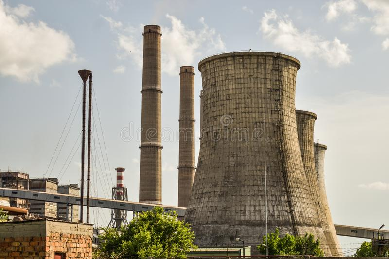 Widok stara elektrownia z dużymi betonowymi pami Spadać chemiczny komunistyczny przemysł zdjęcia stock