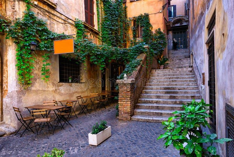 Widok stara wygodna ulica w Rzym zdjęcia stock