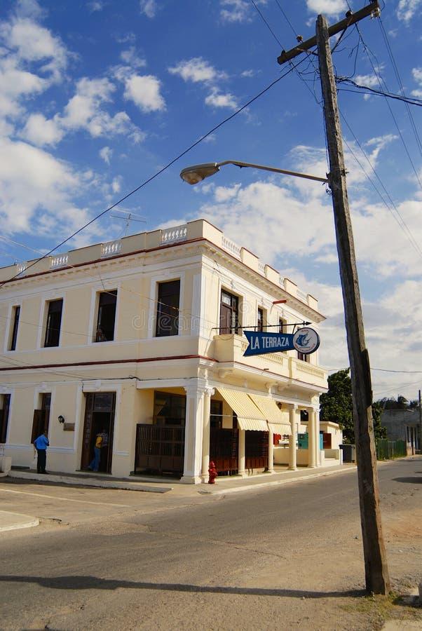 Widok stary budynku i elektryczności słup przy ulicą miasteczko Cojimar, Kuba zdjęcia royalty free