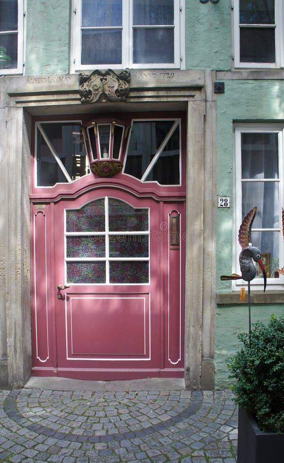 Widok stary drzwiowy portal w średniowiecznym ulicznym Schnoor z ryglowymi domami w centre Hanzeatycki miasto, pięknym zdjęcie royalty free