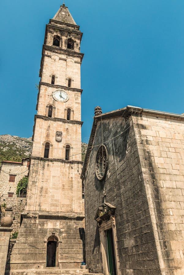 Widok stary kościół w Śródziemnomorskim mieście w Montenegro Perast w Kotor zatoce Włoski Wenecki styl architektura zdjęcie stock