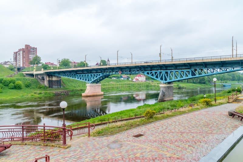 Widok Stary most nad Neman rzeką w Grodno, Białoruś przy chmurnym dniem obrazy stock