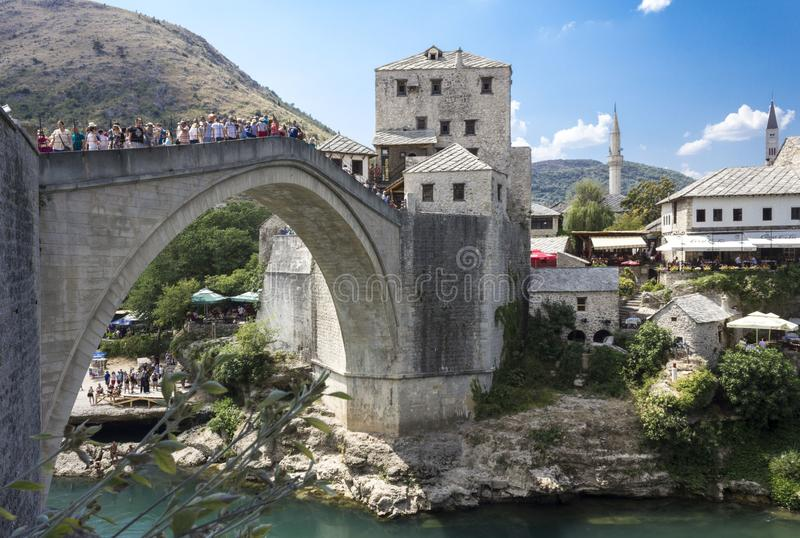 Widok stary Mostar bridżowy pełny ludzie w lato sezonie zdjęcia stock