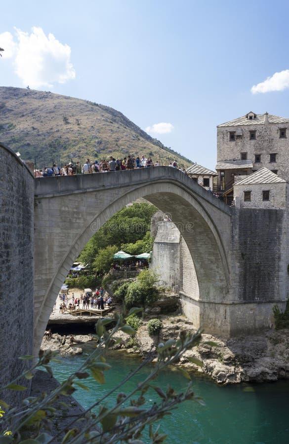 Widok stary Mostar bridżowy pełny ludzie w lato sezonie fotografia stock