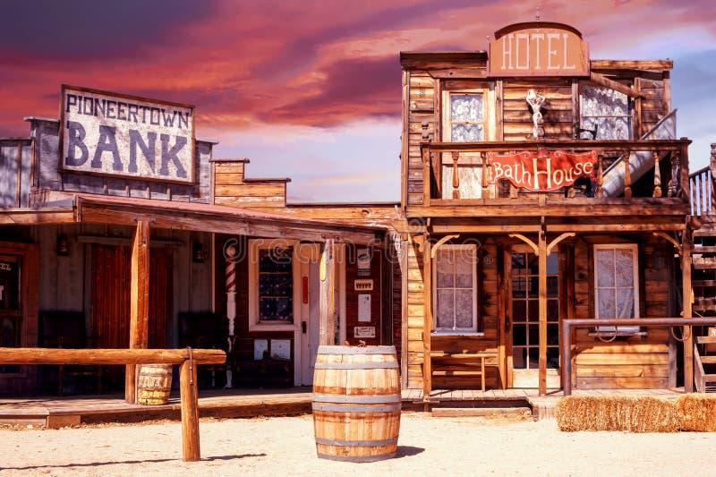 Widok stary westernu pioniera miasteczko przy zmierzchem obraz royalty free