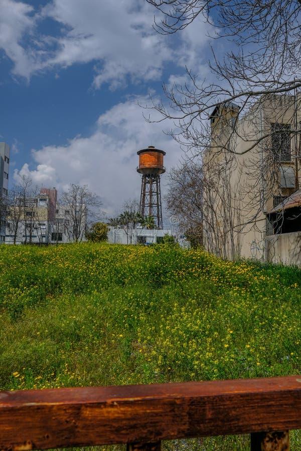 Widok stary wieża ciśnień przez otwartą przestrzeń, pionowo strzał z uroczym niebem zdjęcia stock