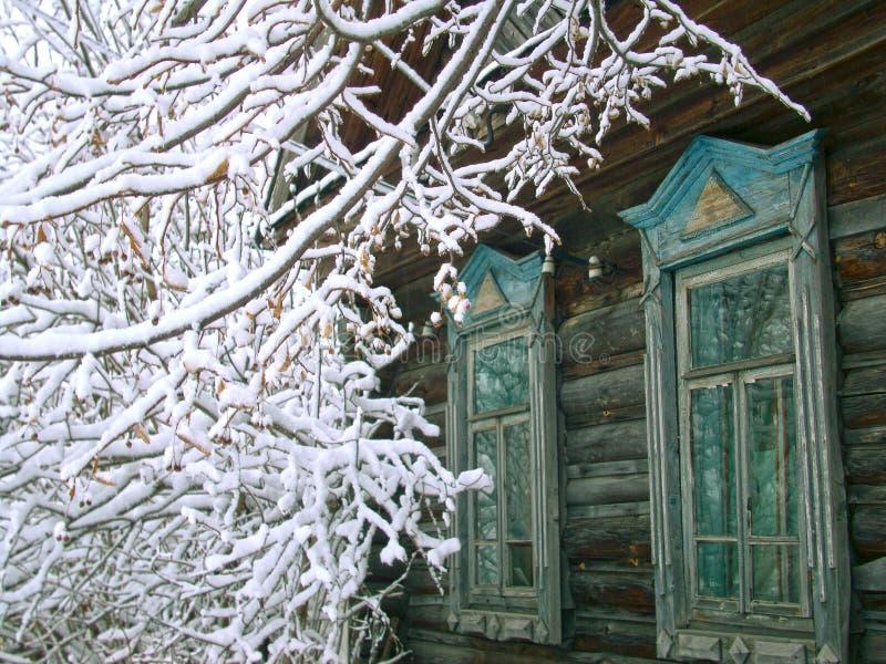 Widok stary wioska dom w zimie zdjęcia stock