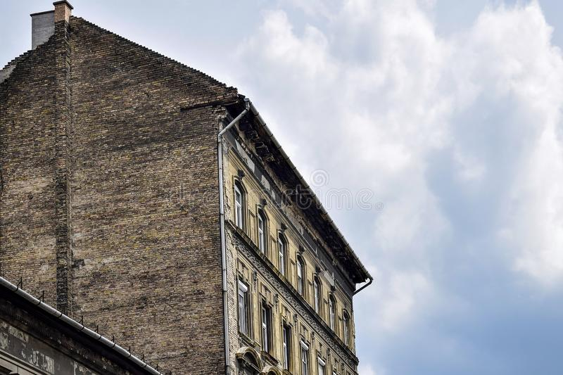 Widok stary wysoki ceglany dom na tle chmurny niebo obraz stock
