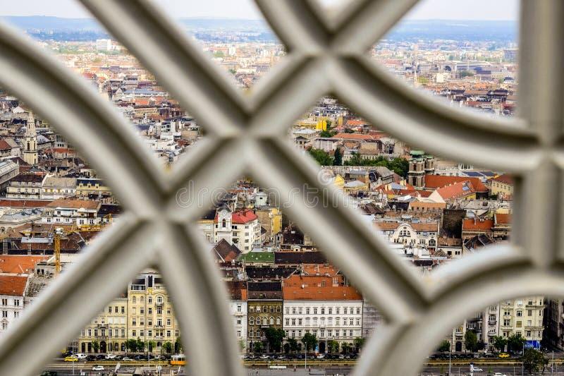 Widok starzy domy kapitał od obserwacja pokładu Gellert wzgórze przez metal dekoracyjnej kratownicy, Węgry zdjęcia stock
