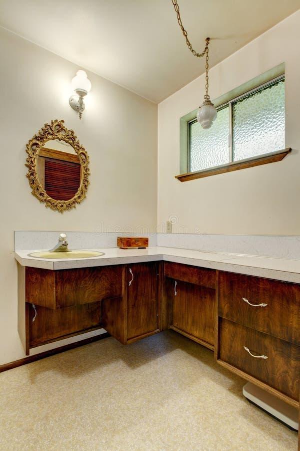 Widok starzy drewniani gabinety i antyka lustro fotografia stock