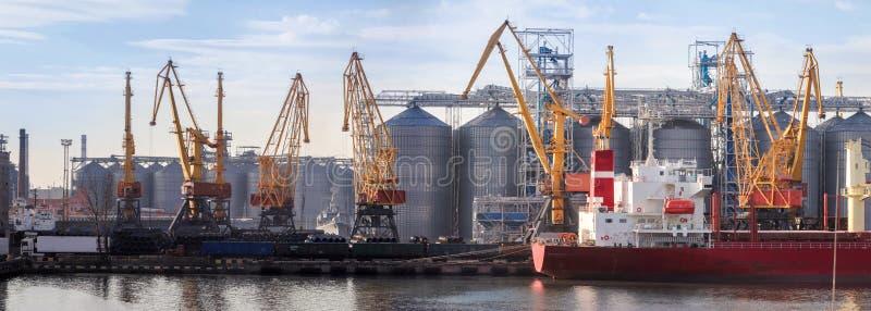 Widok statek, żurawie port obrazy royalty free
