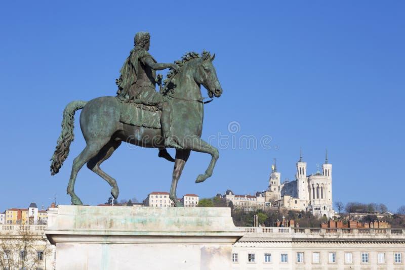 Widok statua i bazylika w Lion zdjęcie royalty free