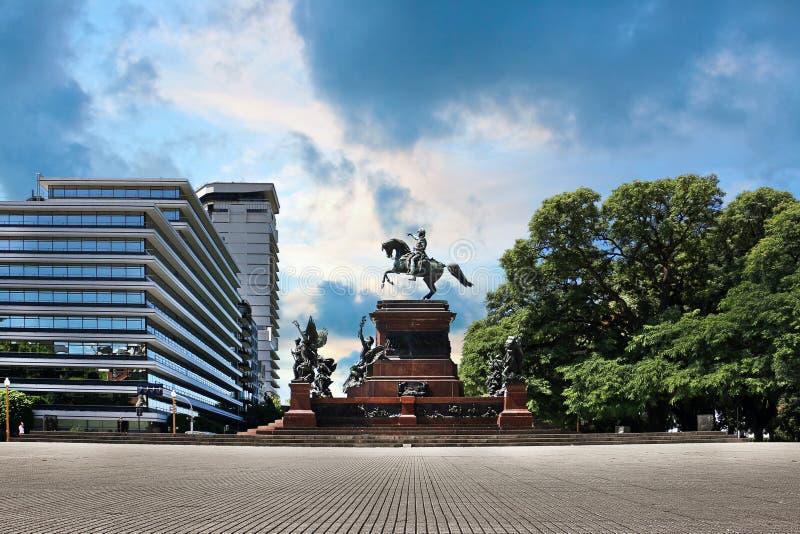 Widok statua San Martin w parku Buenos Aires, Argentyna, przeciw dramatycznemu niebieskiemu niebu zdjęcie royalty free