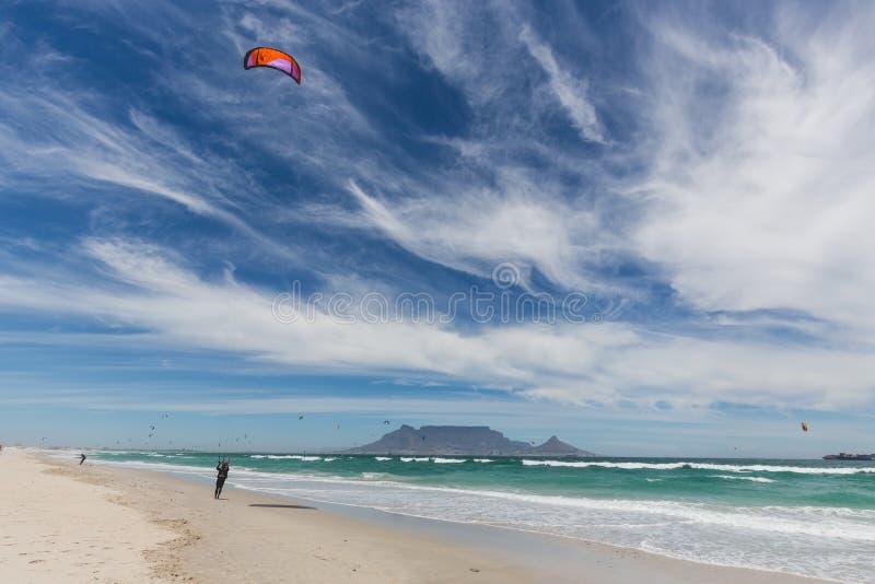 Widok Stołowa góra od Blouberg w Kapsztad z wiatrowymi surfingowami zdjęcie royalty free