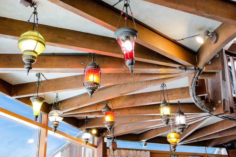 Widok sufit z oryginalnymi kreatywnie rocznik lampami na nim w europejczyka barze obraz stock