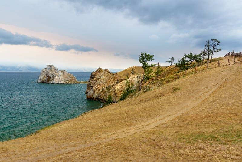 Download Widok Szaman Skała Baikal Jeziora Baikal Jezioro Olkhon Rosji Wyspy Rosja Zdjęcie Stock - Obraz złożonej z góra, piękno: 106909934