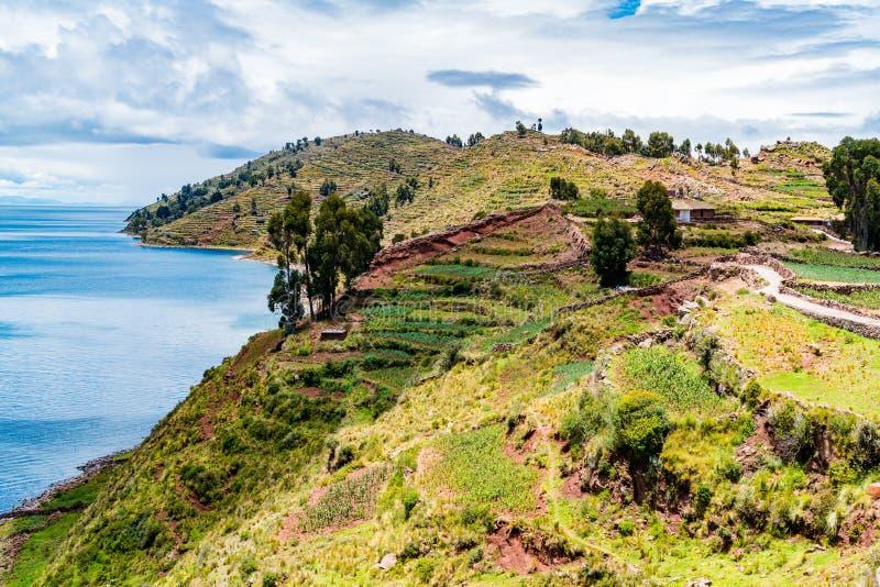 Widok Taquille wyspa po środku Jeziornego Titicaca w Puno zdjęcia royalty free
