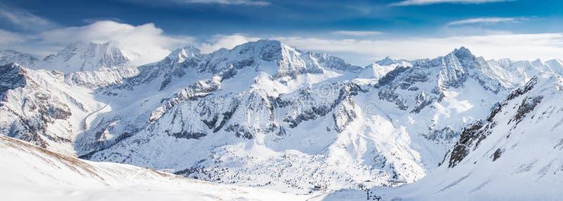 Widok Tonale ośrodek narciarski z Rhaetian Alps, Tonale przepustka, Włochy, Europa zdjęcia stock