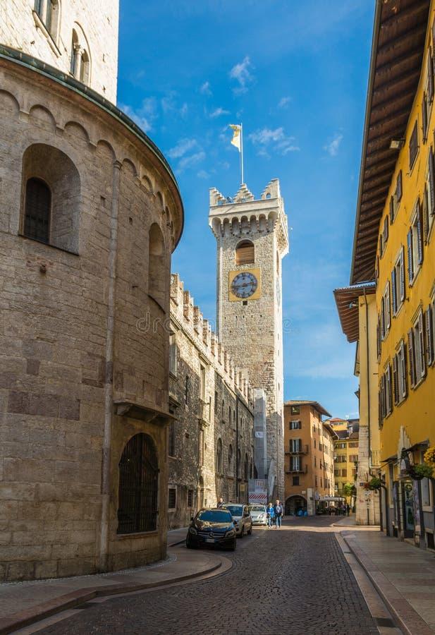 Widok Torre Civica, także znać jako Torre Di Piazza, jest historycznym budynkiem w Trento i lokalizuje w piazza Duomo w ce obrazy royalty free