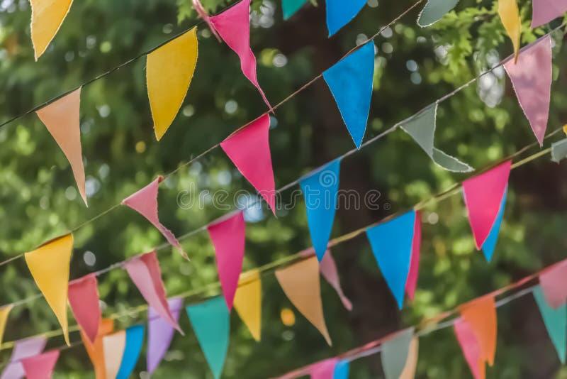 Widok tradycyjna dekoracja popularni festiwale wioski z barwionymi trójbokami papierowy obwieszenie w niciach, zamazującymi obraz stock