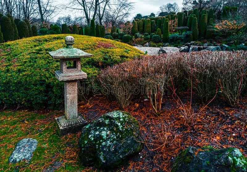 Widok tradycyjnej latarni kamiennej ishi-doro w japońskim ogrodzie w Bonn, Niemcy obrazy stock