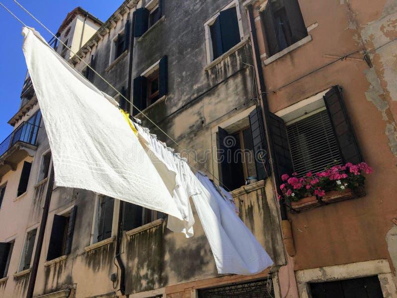 Widok tradycyjny neighbourhood w Wenecja, Włochy z starymi historycznymi budynkami i pralnią suszy obrazy stock