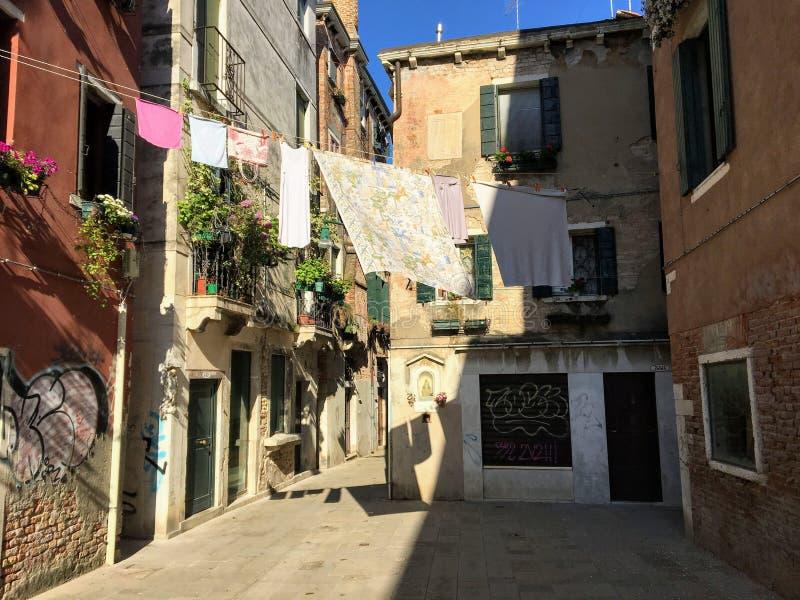 Widok tradycyjny neighbourhood w Wenecja, Włochy z starymi historycznymi budynkami i pralnią suszy zdjęcie stock