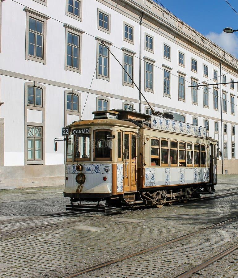 Widok tramwaj w Porto, z dziejowym Portugalskim budynkiem za obrazy stock