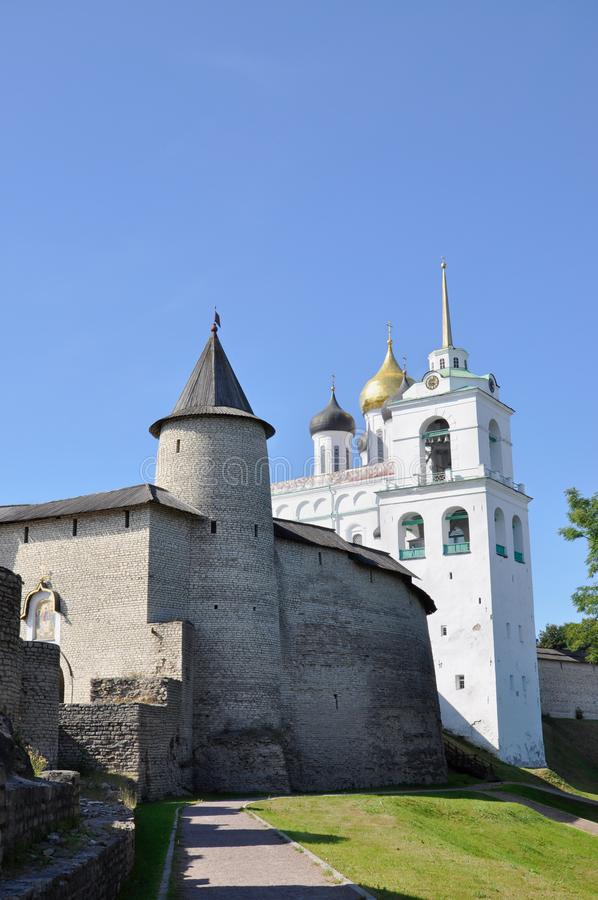 Widok Troitskaya Cogodzinny wierza Pskov Kra i dzwonkowy wierza Świętej trójcy katedra z zewnątrz obrazy stock