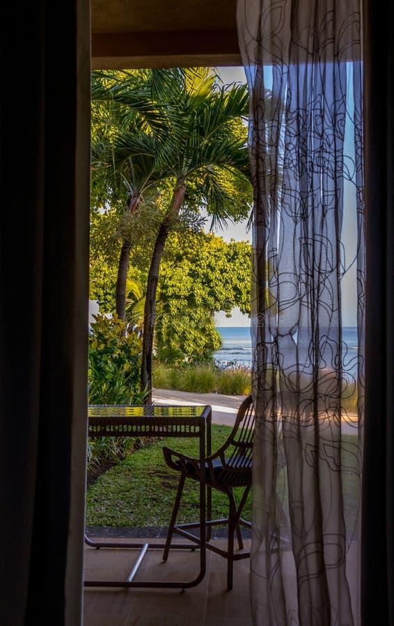 Widok tropikalny nadmorski od otwarte drzwi fotografia royalty free