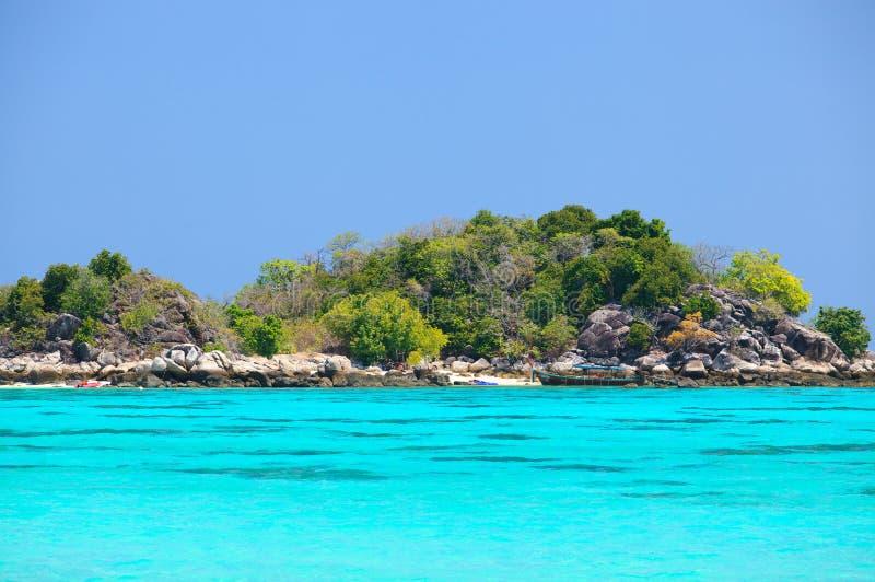Widok tropikalny wybrzeże z turkusowym jasnym morzem przy Koh Lipe obraz royalty free