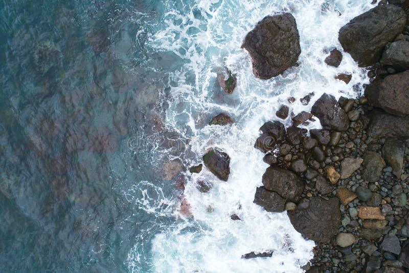 Widok truteń przy kamieniami Wyrzucać na brzeg, odgórnego widoku trutnia powietrzna fotografia stunning barwioną morze plażę zdjęcie stock
