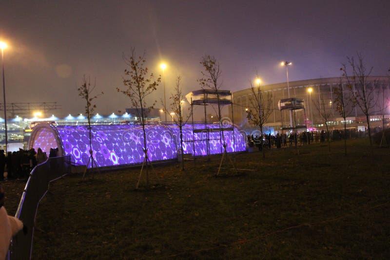 Widok tunel złudzenia otwiera w zwycięstwo parku dla festiwalu «światło «festiwal w mieście Petersburg zdjęcia royalty free