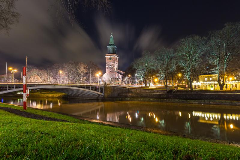 Widok Turku katedra aury rzeka nocą i fotografia royalty free