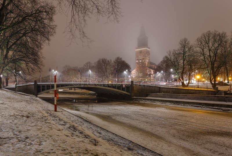 Widok Turku katedra aury rzeka nocą w zima czasie i fotografia stock