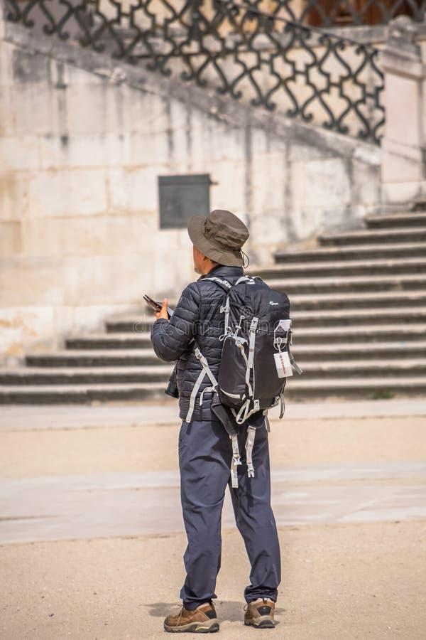 Widok turysta popiera patrzeć zabytki w historycznym terenie †‹â€ ‹Coimbra, schody jako tło, w Portugalia zdjęcia royalty free