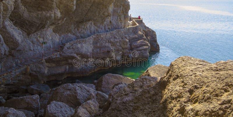 Widok turystyczny ślad wzdłuż skał i czarny denny wybrzeże Crimea zdjęcia royalty free