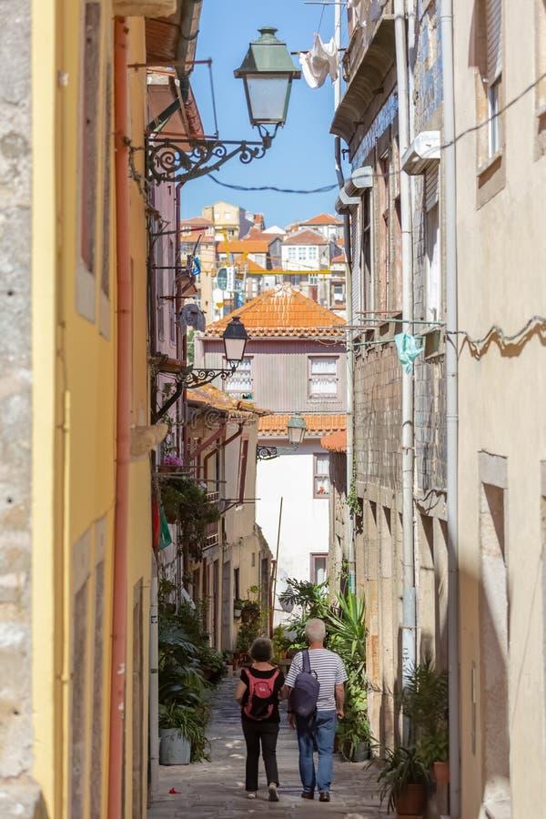 Widok typowa ulica na śródmieściu przy Porto miastem z schody i starszym pary odprowadzeniem, obraz royalty free