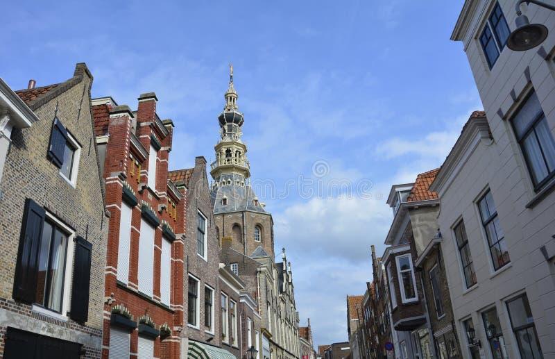 Widok ulica w starym miasteczku ZIERIKZEE na Zeeland, holandiach z Stadhuis muzeum/ obrazy royalty free