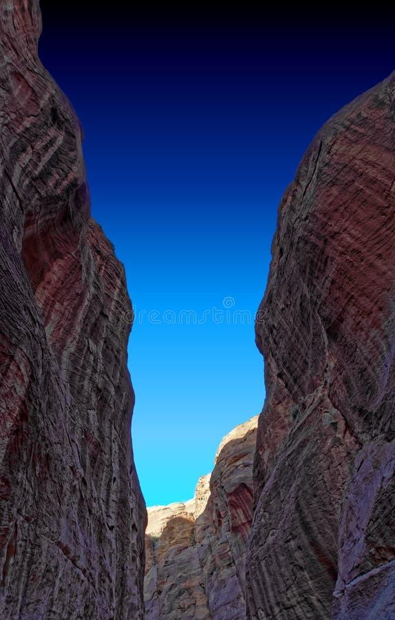 Widok up od wnętrza Siq prowadzi w nowego siódmego cud świat Petra w Jordania obrazy stock