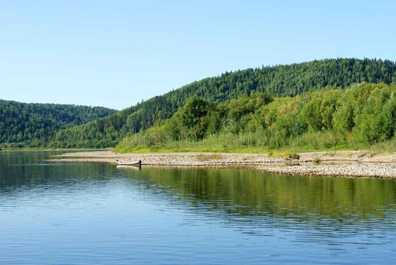 Widok Ural rzeczny Vishera z łodzią rybacką na brzeg fotografia stock