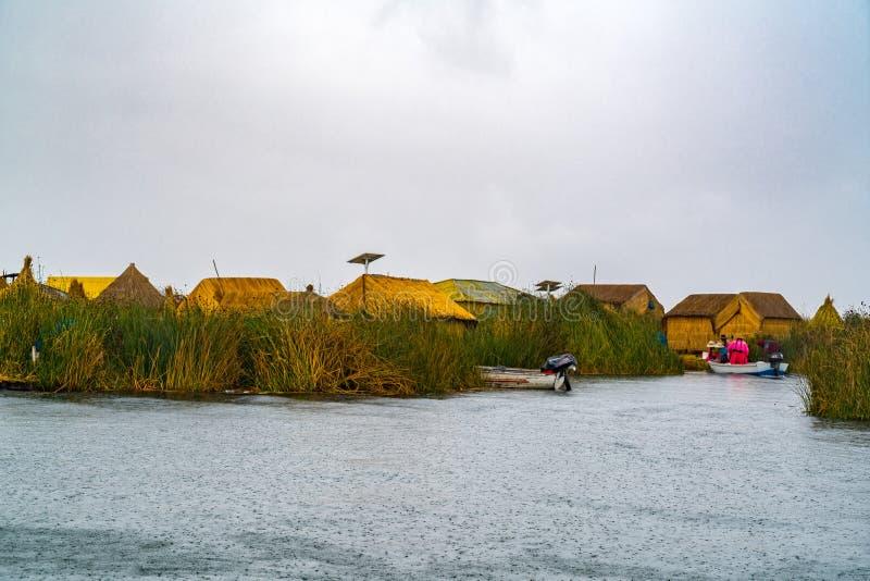 Widok Uros spławowa wyspa na Titicaca jeziorze w deszczu fotografia royalty free