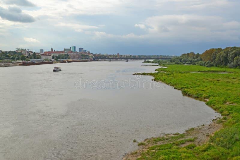 Widok Vistula rzeka w chmurnym dniu Warszawa, Polska obraz stock