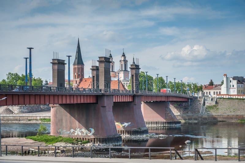 Widok Vytautas most na Nemunas rzece które łączą Aleksotas wzgórze i starego miasto w Kaunas fotografia stock