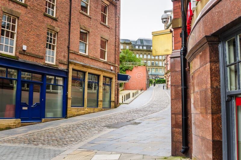 Widok Wąska brukowiec ulica w centrum miasta obraz royalty free