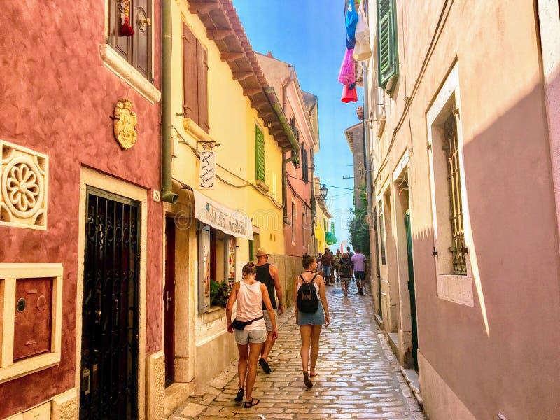 Widok wąska ulica w Starym miasteczku Rovinj, Chorwacja Ulica jest ruchliwie z turystów i miejscowych robić zakupy fotografia royalty free